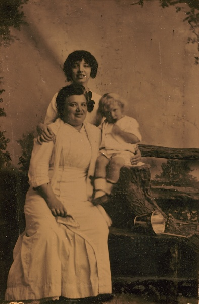 I believe this is my great-great-grandmother Fanny with Margaret, her eldest child, and Leonor, her youngest child.