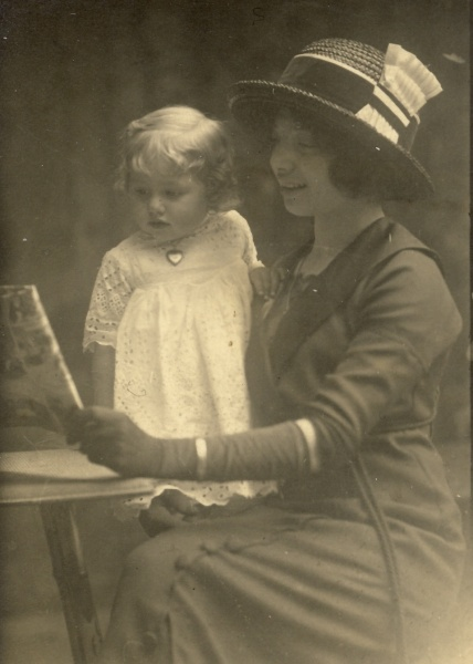 Margaret, the eldest Spielmann child, with Leonor, the youngest Spielmann child. Dated 1914 on the back.