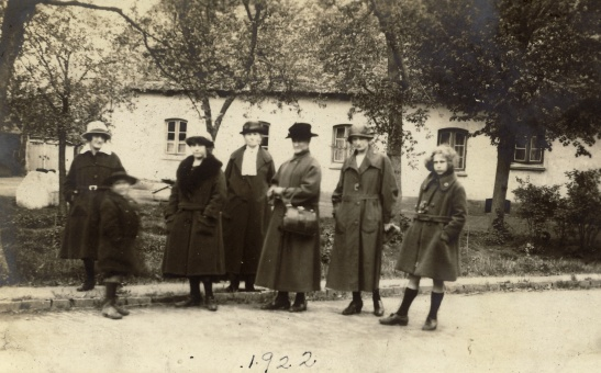 "Caption in German: ""Fur der Luke, May 1923""? Front of photo says 1922, though."